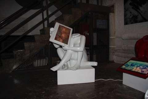 Frau ohne Kopf mit Monitor weiss